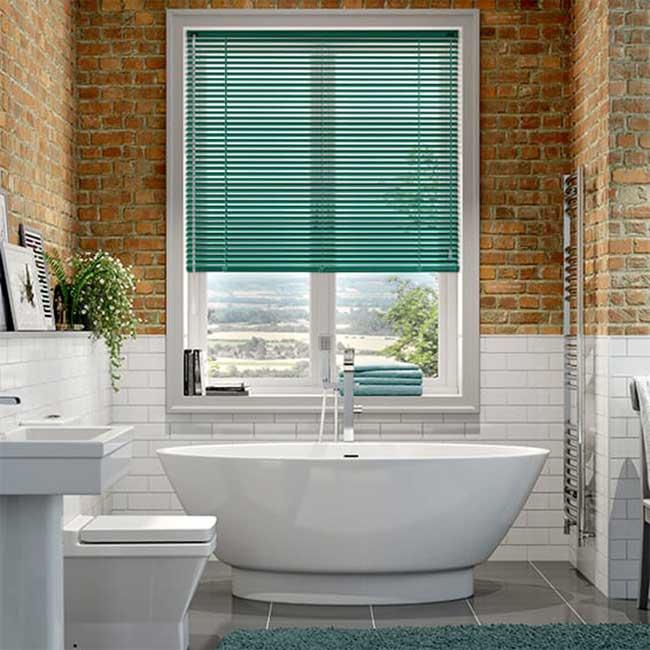 Mành lá nhôm màu xanh lá cửa sổ phòng tắm